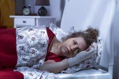 Deprimierte einzige Frau nach Unfall Stockfotografie