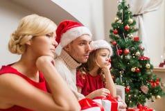 Deprimierte Familie zu Hause mit vielen Geschenkboxen Lizenzfreie Stockfotografie