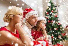 Deprimierte Familie zu Hause mit vielen Geschenkboxen Stockbilder