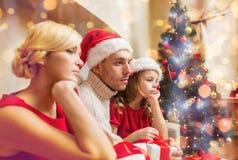 Deprimierte Familie zu Hause mit vielen Geschenkboxen Stockfoto