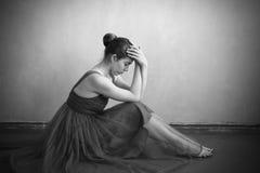 Deprimierte Frau auf dem Boden Lizenzfreie Stockbilder