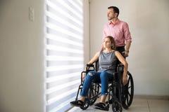 Deprimierte Frau auf einem Rollstuhl Stockfoto