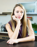 Deprimierte Frau in der Küche Lizenzfreie Stockfotos