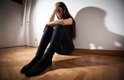 Deprimierte Frau der Krise Stockfotografie