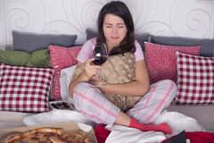 Deprimierte Frau, die auf Couch sitzt Lizenzfreie Stockfotos