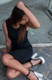 Deprimierte Frau, die auf der Bodentraurigkeit sitzt Stockbilder