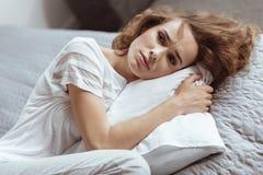 Deprimierte Frau, die an etwas ernst denkt Lizenzfreies Stockfoto