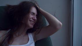 Deprimierte Frau, die am Fenster schreit stock footage