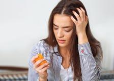 Deprimierte Frau, die geht, Selbstmord mit Pillen festzulegen Lizenzfreies Stockbild