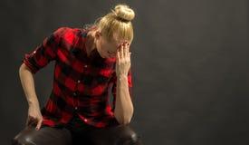Deprimierte Frau, die ihren Kopf hält Lizenzfreies Stockfoto