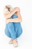 Deprimierte Frau, die ihren Kopf versteckt Stockfotografie
