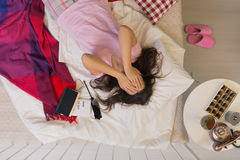 Deprimierte Frau, die im Bett liegt Lizenzfreies Stockbild