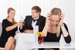 Deprimierte Frau, die im Restaurant sitzt Stockfotografie