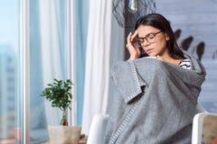 Deprimierte Frau, die Kopfschmerzen hat Stockfoto