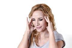 Deprimierte Frau, die in leidender Migräne und Kopfschmerzen des Schmerzgesichtsausdrucks hoffnungslos schaut Stockfotografie