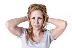 Deprimierte Frau, die in leidender Migräne und Kopfschmerzen des Schmerzgesichtsausdrucks hoffnungslos schaut Lizenzfreie Stockfotografie