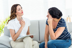 Deprimierte Frau, die mit ihrem Therapeuten spricht Stockfotos
