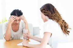 Deprimierte Frau, die mit ihrem Therapeuten spricht Lizenzfreies Stockfoto