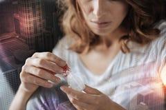 Deprimierte Frau, die Pillen in ihren Händen hält Stockbilder