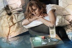 Deprimierte Frau, die sich zu Hause düster fühlt Stockbilder