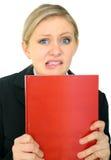 Deprimierte Frau, die unbelegtes rotes Buch anhält Lizenzfreie Stockbilder