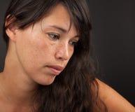 Deprimierte Frau, die unten schaut Stockfotografie