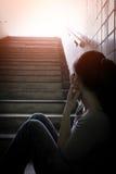 Deprimierte Frau herein unterirdisch Lizenzfreie Stockfotos