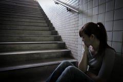Deprimierte Frau herein unterirdisch Lizenzfreies Stockfoto