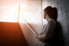Deprimierte Frau herein unterirdisch Lizenzfreie Stockbilder