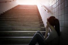 Deprimierte Frau herein unterirdisch Stockbilder