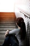 Deprimierte Frau herein unterirdisch Lizenzfreie Stockfotografie