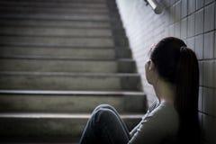 Deprimierte Frau herein unterirdisch Stockbild