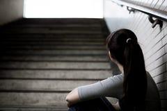 Deprimierte Frau herein unterirdisch Stockfoto