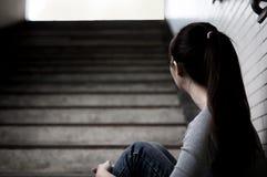 Deprimierte Frau herein unterirdisch Stockfotos