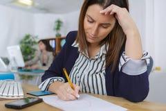 Deprimierte Frau im Büro Stockbilder