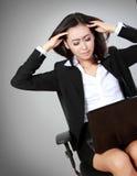 Deprimierte Frau im Büro Stockfoto