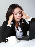 Deprimierte Frau im Büro Stockfotos
