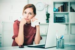 Deprimierte Frau im Büro Lizenzfreie Stockfotografie
