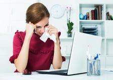 Deprimierte Frau im Büro Lizenzfreie Stockfotos