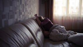 Deprimierte Frau im Bett Mädchen, das auf der Couch schreit akuter Berg stock video footage