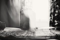 Deprimierte Frau im Licht Lizenzfreie Stockbilder