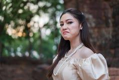 Deprimierte Frau im thailändischen Kleid Lizenzfreie Stockbilder