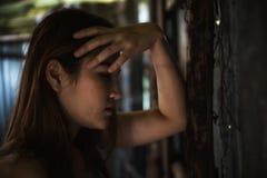 Deprimierte Frau im Verzichthaus Stockbilder