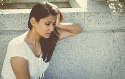 Deprimierte Frau im Weiß Stockbild