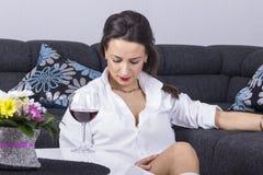 Deprimierte Frau mit Alkohol Stockfoto