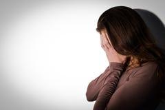 Deprimierte Frau mit Kopf in den Händen Lizenzfreies Stockbild