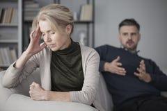 Deprimierte Frau mit Kopfschmerzen Lizenzfreie Stockfotos