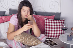 Deprimierte Frau mit Mobiltelefon Stockfotografie