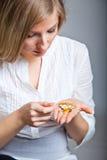 Deprimierte Frau mit pharmazeutischem Lizenzfreie Stockfotografie