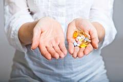 Deprimierte Frau mit pharmazeutischem Stockfotografie